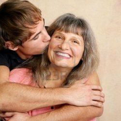 2406619-joven-adulto-adolescente-tard-o-hijo-besar-a-su-madre-en-la-mejilla